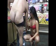 Funcionária de sexhop dando o cu dentro da loja