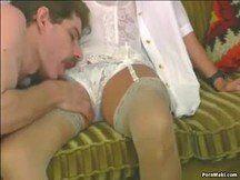 Vídeo de marido mais jovem comendo o cuzinho da esposa coroa