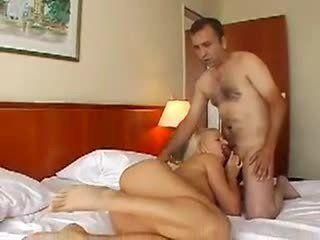 Endurecendo a pica do namorado na boca para fuder ela gostoso